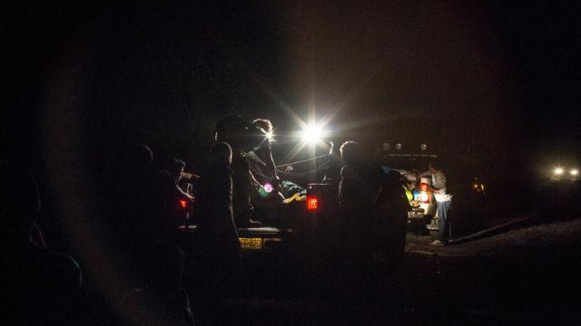 Grupo atraviesa la selva de noche