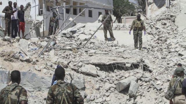 جنود أمام مبنى تعرض لانفجار