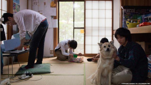 A dog hangs out with pupils at Tamagawa Free School