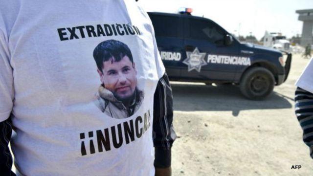 """Un hombre lleva una camiseta que dice """"extradición, nunca""""."""