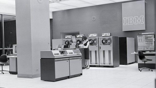 康维是美国IBM的计算机科学家。她当时从事的工作是微芯片领域最早期的一部分。(photo:BBC)