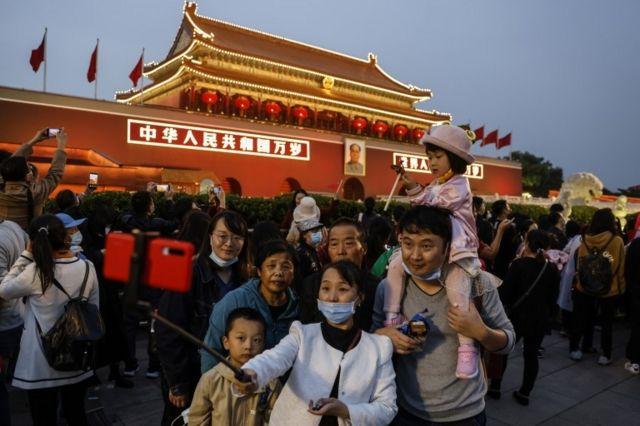 Una familia china se toma una foto en Beijing