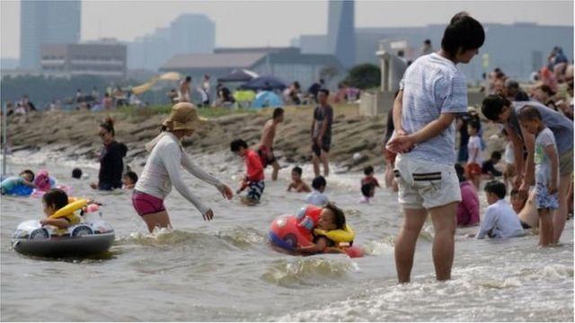 Nhiều gia đình ở Tokyo đi biển nghỉ mát