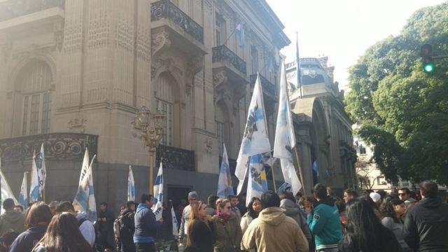 Manifestação em frente ao Palácio San Martín