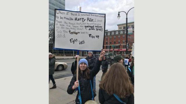 لافتة تحمل كلمات مأخوذة من رواية هاري بوتر