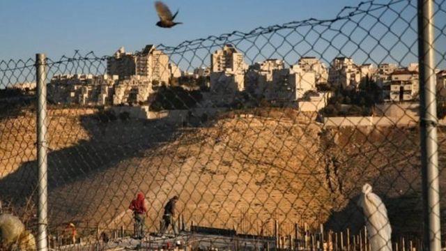 يعتبر المجتمع الدولي المستوطنات غير شرعية وتشكل عقبة في السلام بين الإسرائيليين والفلسطينين