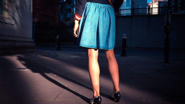 سيدة ترتدي تنورة قصيرة