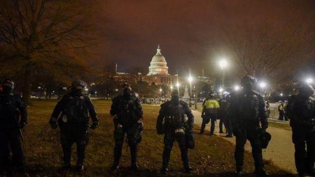 星期三晚上宵禁期间警察在警戒