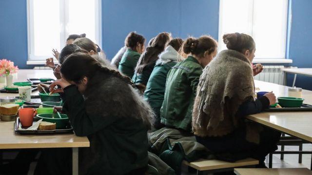 Заключенные в столовой Можайской женской исправительной колонии №5