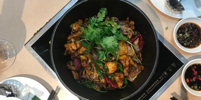 """有人认为这种火锅应归功于粤菜""""啫啫鸡煲""""。"""