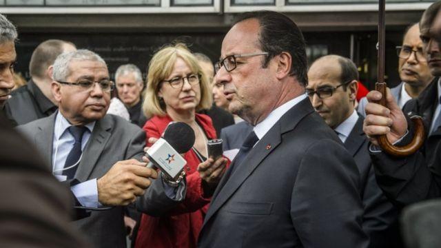 現任總統奧朗德周六在巴黎的參訪行程中回應馬克龍被黑一案。