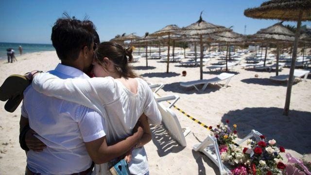 سائحان يواسيان بعضهما في شاطئ سوسة