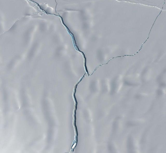 Vista áerea mostra fissura no gelo