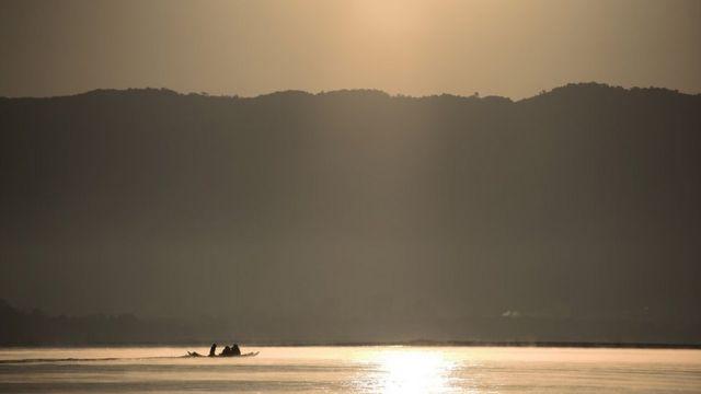 ชาวบ้านที่อาศัยอยู่ในละแวกอำเภอเชียงของ จังหวัดเชียงราย ใช้เรือสัญจรในแม่น้ำโขงยามเช้าตรู่
