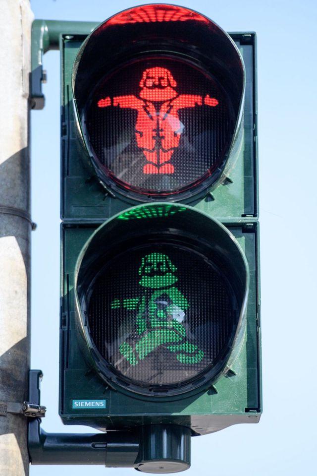特里尔市中心的交通信号灯用马克思的漫画形象作为信号标示。