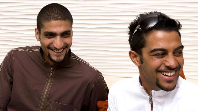 Радостные арабские юноши