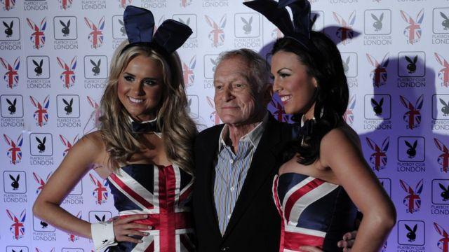 """Hefner, con una pareja de sus """"conejitas"""", en Londres en junio de 2011."""