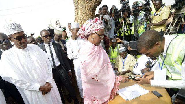 Aisha Buhari se registra para votar.