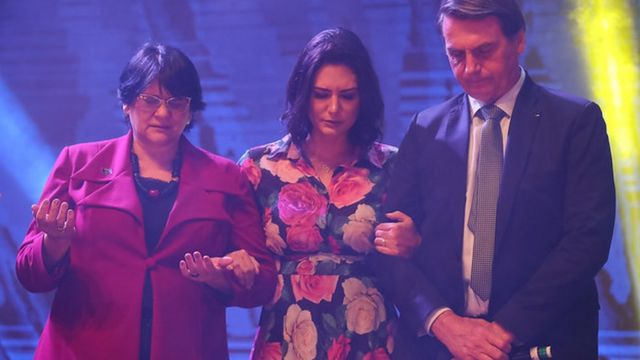 Damares, Bolsonaro e esposa orando