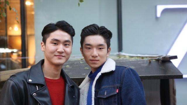 Dos jóvenes coreanos maquillados.