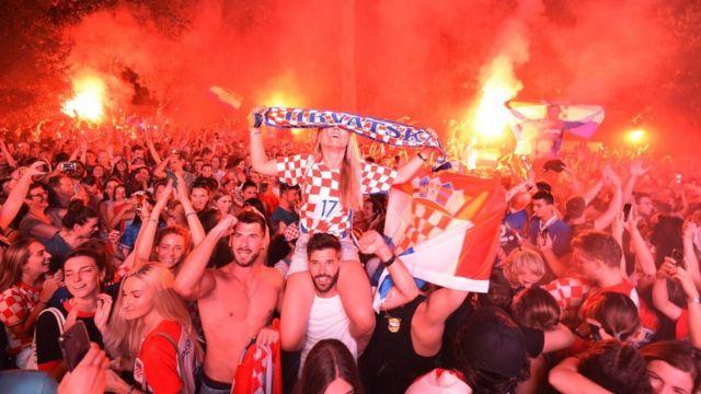 Хорватские болельщики празднуют