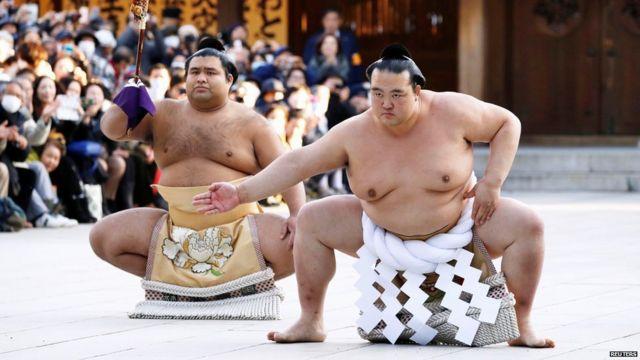 Luchadores de sumo durante una ceremonia