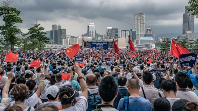 """建制派立法會議員何君堯帶頭舉辦支持警察的""""撐警""""集會"""