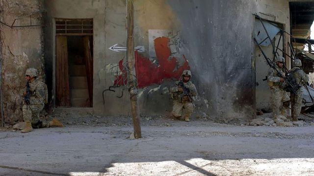 美軍戰士在2005年11月搜查泰勒阿費爾的一個街區