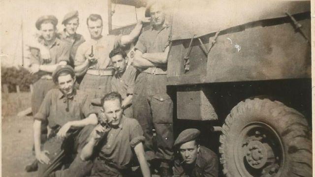 Jorge Sanjinez con seis compañeros de la Brigada Pirón, al lado de un tanque.