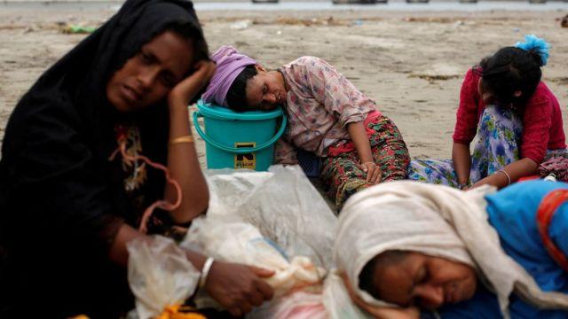 أكثر من 300 ألف لاجئ من مسلمي الروهينجا فروا إلى بنغلاديش