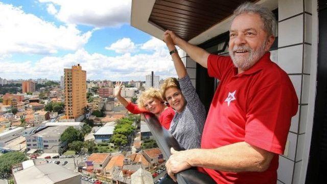Lula e Dilma acenam na varanda da casa do ex-presidente em São Bernardo do Campo