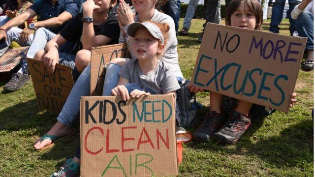 Niños protestando contra la contaminación