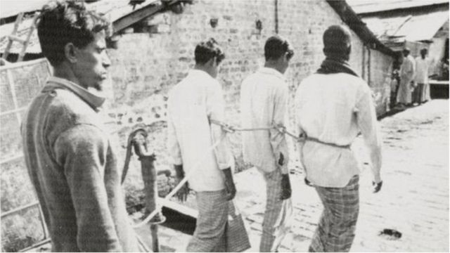 ১৯৭১-এ পাকিস্তানী বাহিনীকে সহায়তার অভিযোগে কয়েকজনকে ধরে নিয়ে যাওয়া হচ্ছে - ফাইল ছবি