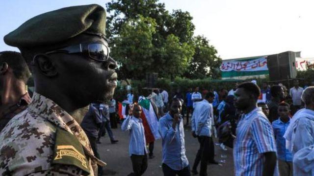 Abari mu myiyerekano muri Sudani babandanya basaba ko igisirikare gisubiza ubutegetsi mu minwe y'abasivire