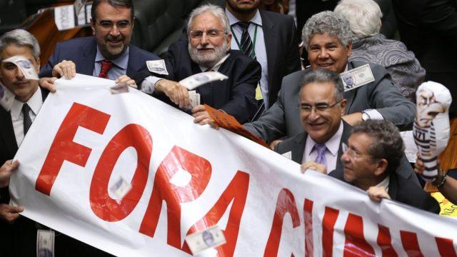 Adversários de Eduardo Cunha comemoram cassação