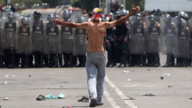 Kepolisian Venezuela mencegah masuknya kiriman bantuan di Jembatan Internasional Simon Bolivar.