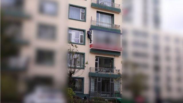2018년 10월, 감금된 아파트에서 탈출하는 미라