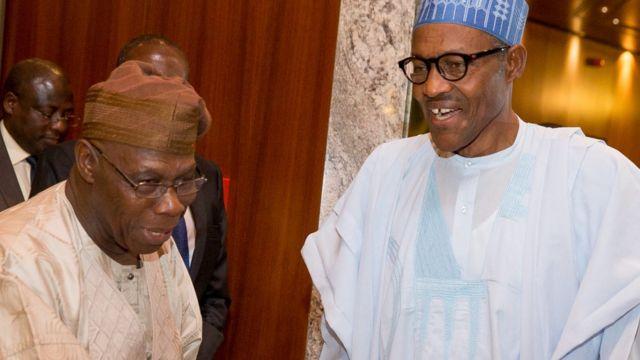 L'ex-président Obsanjo et le président Buhari se serrant la main en 2015