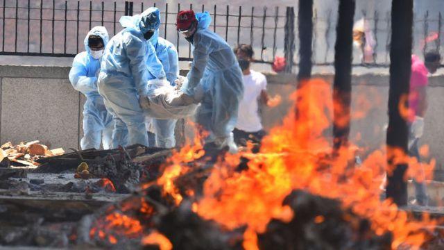 В Индии умерших от ковида сжигают на улицах