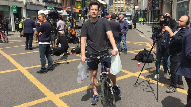 自転車で警官たちに水を配って回ったアシュワースさん