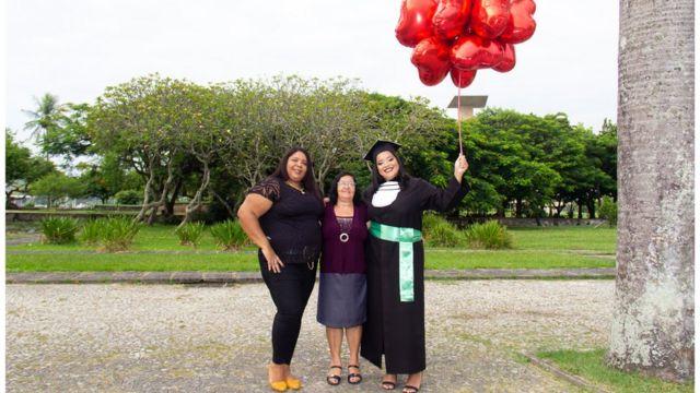 Nicole Caroline, Vania Teixeira e Delcy Teixeira em foto de formatura de Nicole