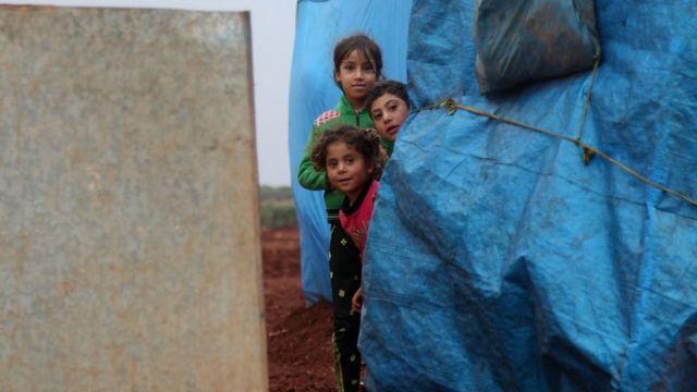 أطفال في مخيم للاجئن في إدلب بسوريا