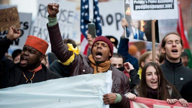 就任パレードが行われるペンシルベニア通りの近くで、トランプ氏の就任に抗議する人たち