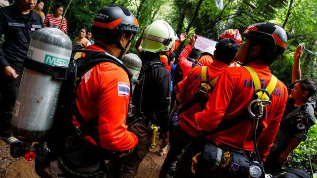 Personal de rescate fuera de la cueva.