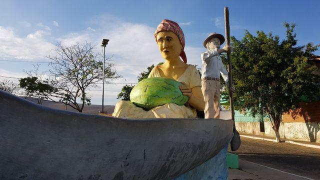 Estátua de canoeiro na entrada da cidade
