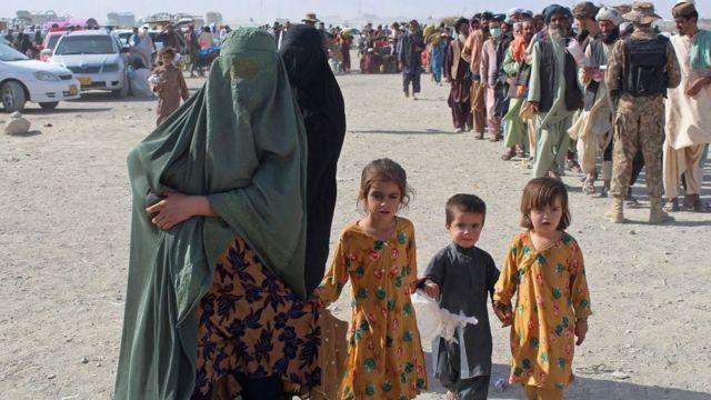 Pessoas tentando deixar o Afeganistão