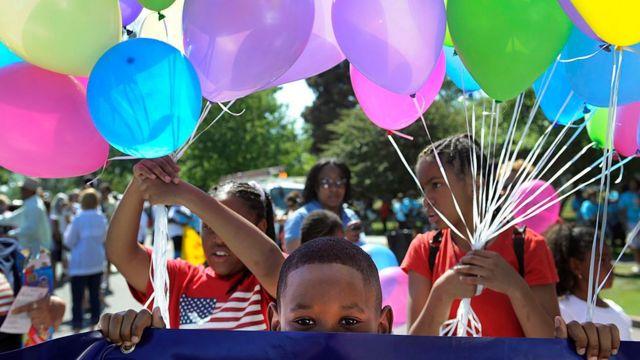 Crianças participando de uma comemoração 'Juneteenth' em 2019.