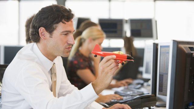 Hombre distraído en el trabajo