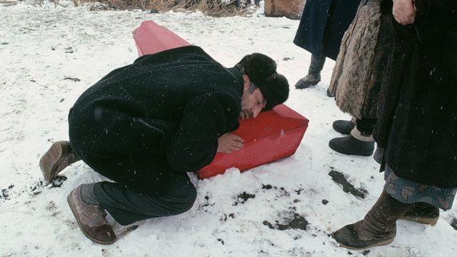 Отец прощается с сыном, погибшим в землетрясении 7 декабря 1988 г