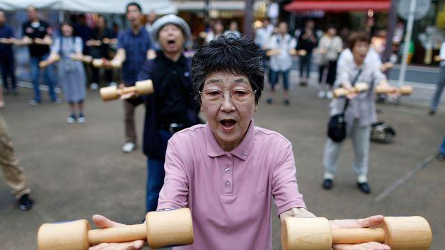Idosos fazendo exercícios no Japão